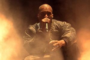 Kanye West pasirodymas Glastonbury festivalyje patraukė lažybų bendrovių dėmesį: ar reperis bus nušvilptas, ar murkdysis purve?