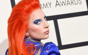 """Lady Gaga atliko įspūdingą David Bowie pagerbimo pasirodymą 58-tuose """"Grammy"""" muzikos apdovanojimuose"""