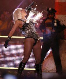 Lady GaGa pasirodyme - iš krūtinės skriejantys fejerverkai (+ foto)