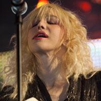 Kurt'o Cobain'o nuotrauką tarp žiūrovų pamačiusi Courtney Love pabėgo nuo scenos (+ video)