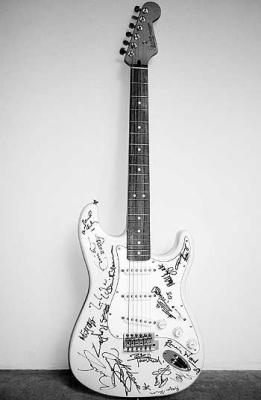 Ant brangiausiai pasaulyje parduotos gitaros - Bryan'o Adams'o parašas