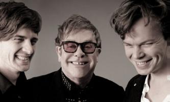 Po 22 metų pertraukos britų albumų topo viršūnėje - vėl Elton'o John'o muzika