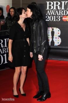 Britų apdovanojimuose triumfavusi Lana Del Rey demonstravo savo meilę Barrie James'ui O'Neill'ui