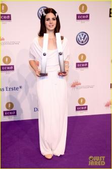 Vokietijos muzikos apdovanojimuose publikos dėmesį prikaustė krokodilai Lanos Del Rey plaukuose