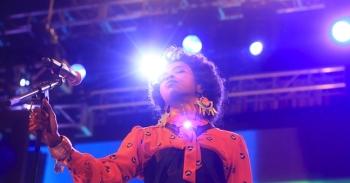 Iš skolų bandanti išbristi Lauryn Hill pristato naują dainą ir ruošiasi albumo pasirodymui (+ audio)