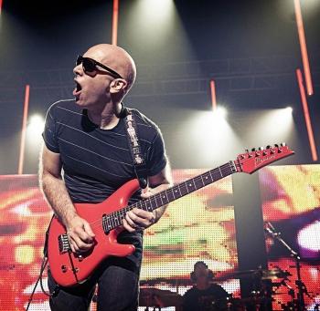 Lietuvoje koncertuosiančio Joe Satriani naujausias albumas užkariavo gerbėjų širdis (+ video)