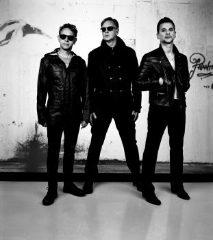 """""""Depeche Mode"""" gerbėjų noras – grupės muzikantus Vilniuje pasitikti su oro balionu"""
