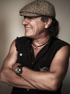 """Papildytoje naujojo Stingo albumo versijoje - netikėtas duetas su """"AC/DC"""" vokalistu Brian Johnsonu (+ audio)"""