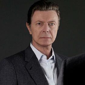 Sveikindamas radijo klausytojus su Kalėdomis, David Bowie imitavo Elvį Presley (+ audio)