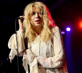 Courtney Love pasidalino nuotrauka, kuri įžiebia viltį, jog