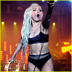 Šiuolaikinis menas: scenoje imitavusi kepamą kiaulę ir leidusi save apvemti Lady Gaga prisilygino Martinui Lutheriui Kingui ir Andy Warholui (+ video)