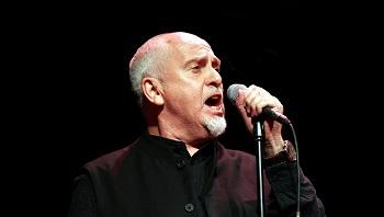 """Į Rokenrolo šlovės muziejų įšventintas Peteris Gabrielis: """"Svajokite drąsiai, net jei iš jūsų juoksis"""""""