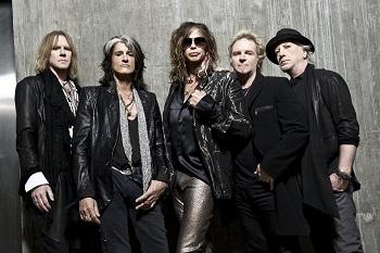 """Brangiausias """"Aerosmith"""" lyderio Steveno Tylerio turtas scenoje – šaliais aprištas mikrofono stovas"""