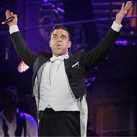Ouch: Robbie Williams nukrito nuo scenos ir sulaužė gerbėjai ranką (+ video)
